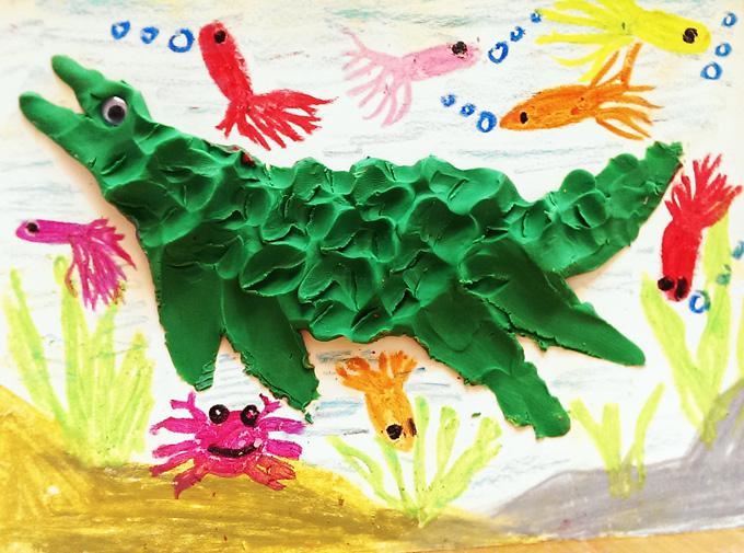 2.让孩子动手以橡皮泥练习以捏塑与图像结合表现创作.